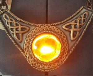 LEDs & Worbla: In 5 Schritten zum leuchtenden Magier-Amulett